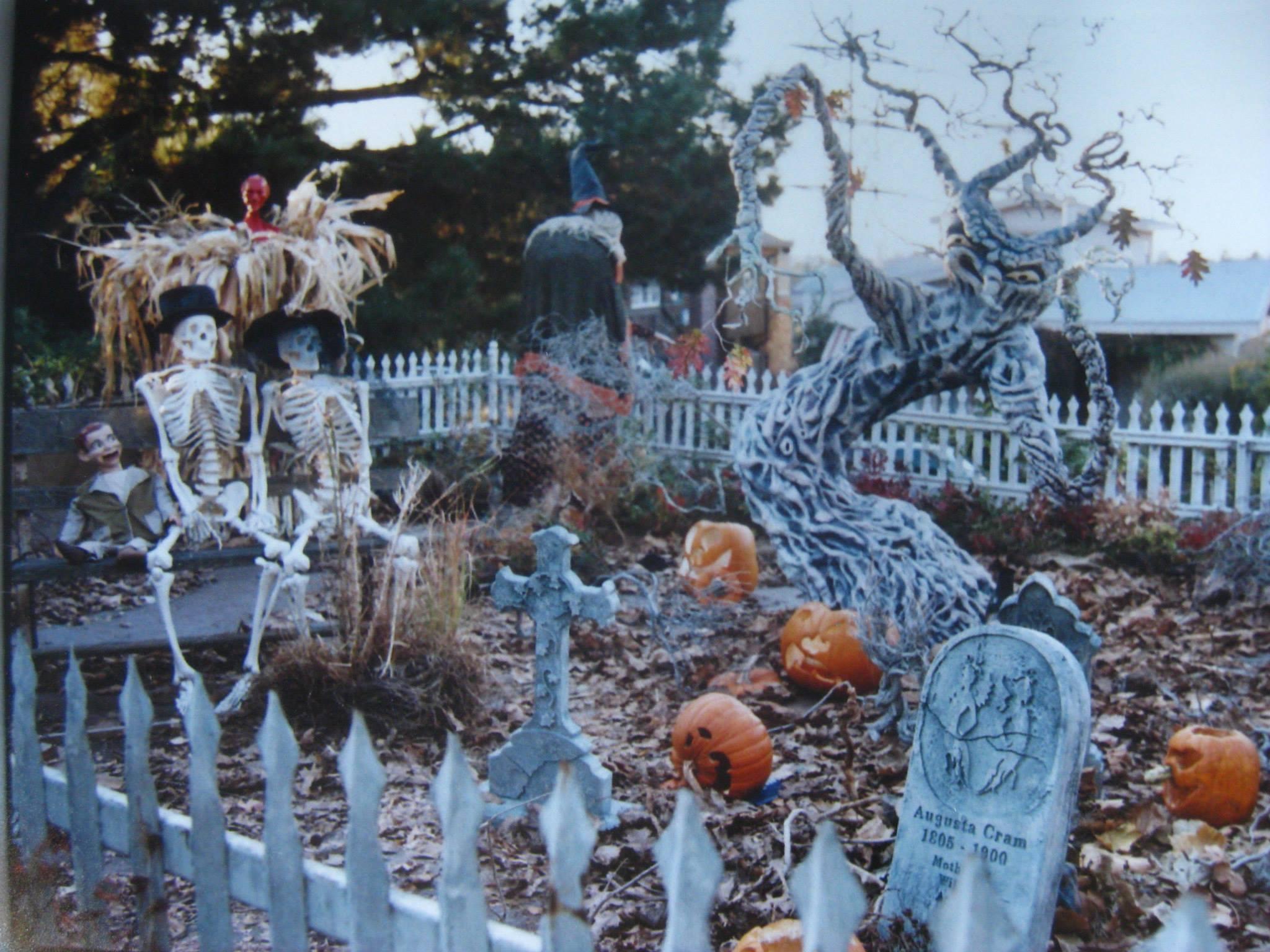 Halloween Yard.Oakland S Epic Halloween Yard Haunt Diy Puppet Show East Bay